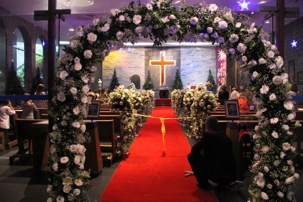 Decoração da Igreja para o casamento de Felipe Dylon e Aparecida Petrowky (Foto: Roberto Filho / AgNews)
