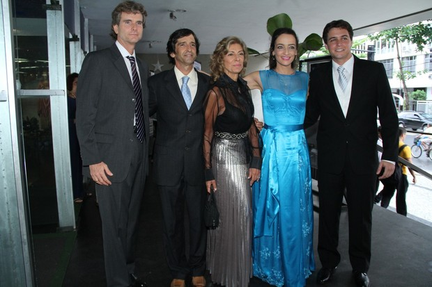 Felipe Dylon com a mãe e os padrinhos (Foto: Roberto Filho / AgNews)