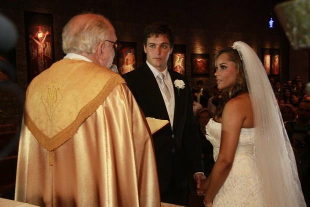 Os noivos Aparecida Petrowky e Felipe Dylon no altar (Foto: Isac Luz / EGO)
