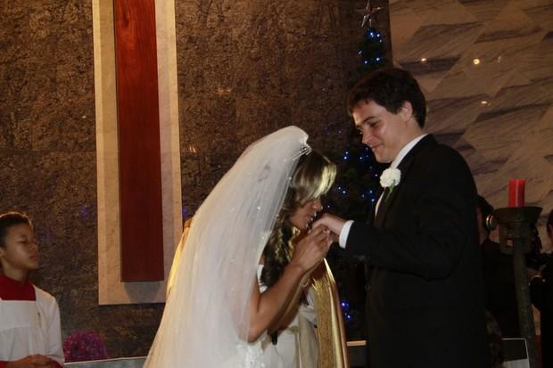 Os noivos Aparecida Petrowky e Felipe Dylon trocam alianças (Foto: Isac Luz / EGO)