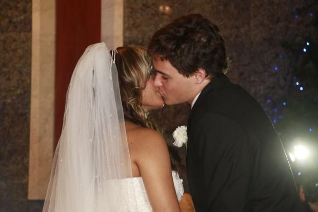O beijo dos noivos (Foto: Isac Luz / EGO)