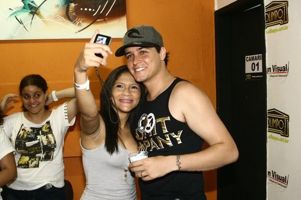 Felipe Dylon posa com fã em bastidores de show na Zona Norte do Rio (Foto: Marcos Porto/ Photo Rio News)