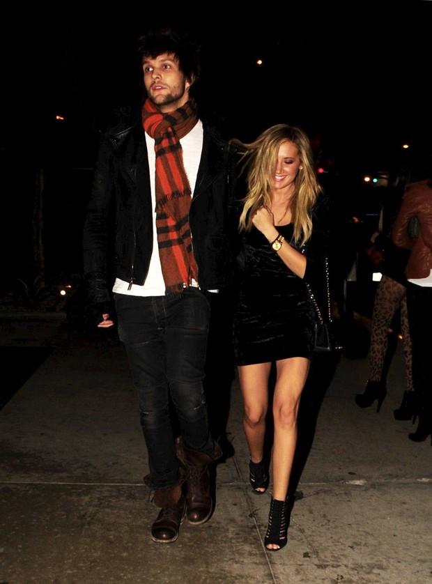 Recém-solteira, Ashley Tisdale é fotografada acompanhada em Los Angeles, nos Estados Unidos – X17 (Foto: X17/ Agência)