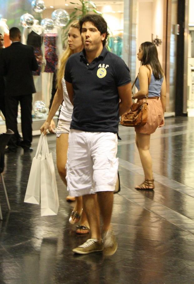 Kaka Bueno passeia em shoping  com a esposa em São Conrado no Rio (Foto: Clayton Militão/ Photo Rio News)