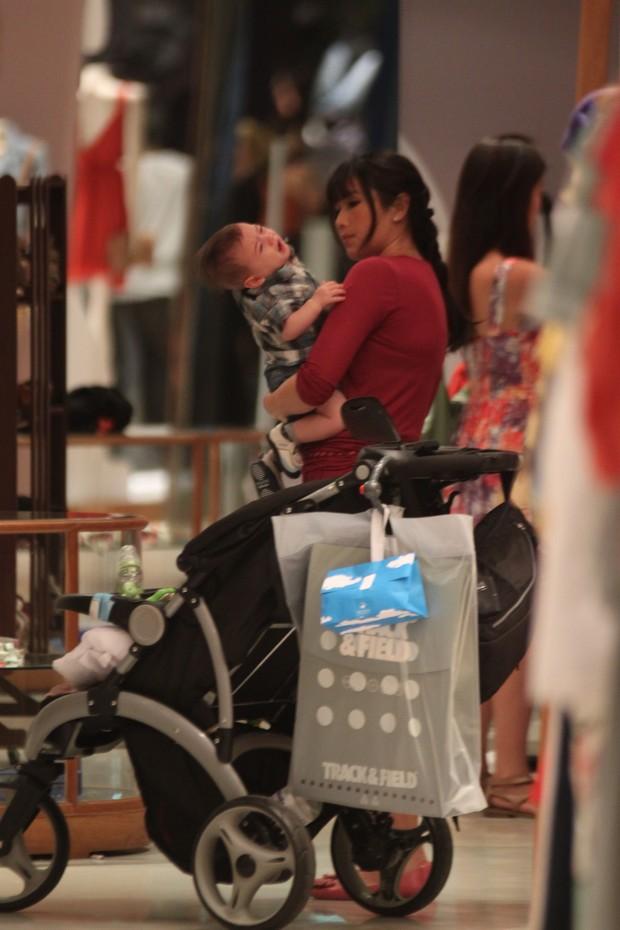 Daniele Suzuki faz compras com o filho em shopping da Barra da Tijuca no Rio de Janeiro (Foto: Marcos Ferreira/ PhotoRio News)
