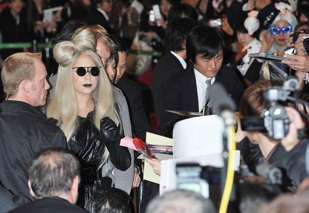 Lady Gaga é recebida por fãs no Japão (Foto: Agência/Getty)