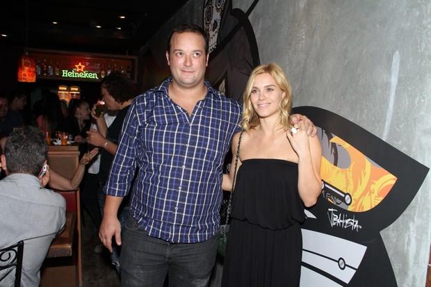 Carolina Dieckmann com o irmão Frederico em inauguração de restaurante na Zona Sul do Rio (Foto: Thyago Andrade/ Photo Rio News)