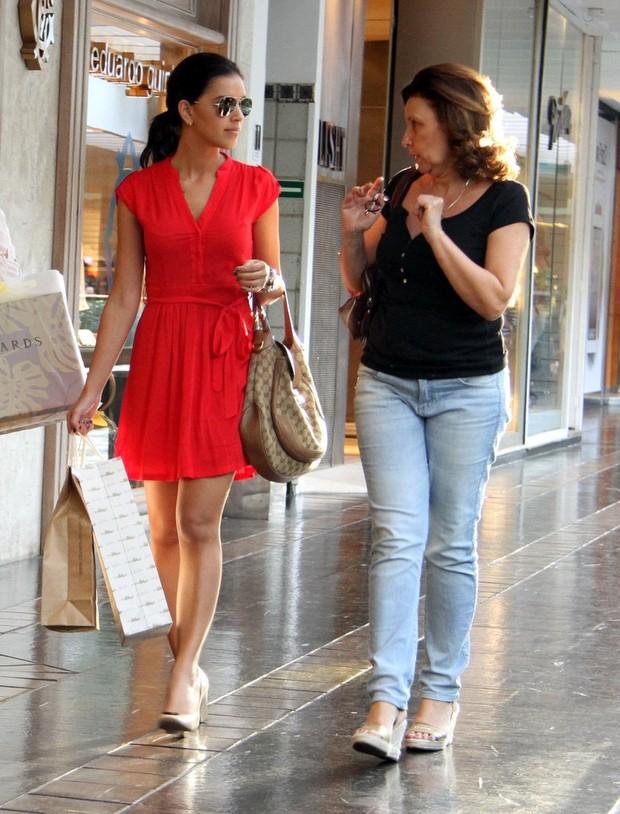 Mariana Rios passeia com a mãe em shopping (Foto: Daniel Delmiro/Ag. News)