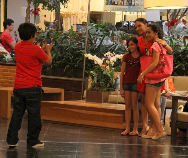 Mariana Rios tira foto com fãs (Foto: Daniel Delmiro/Ag. News)