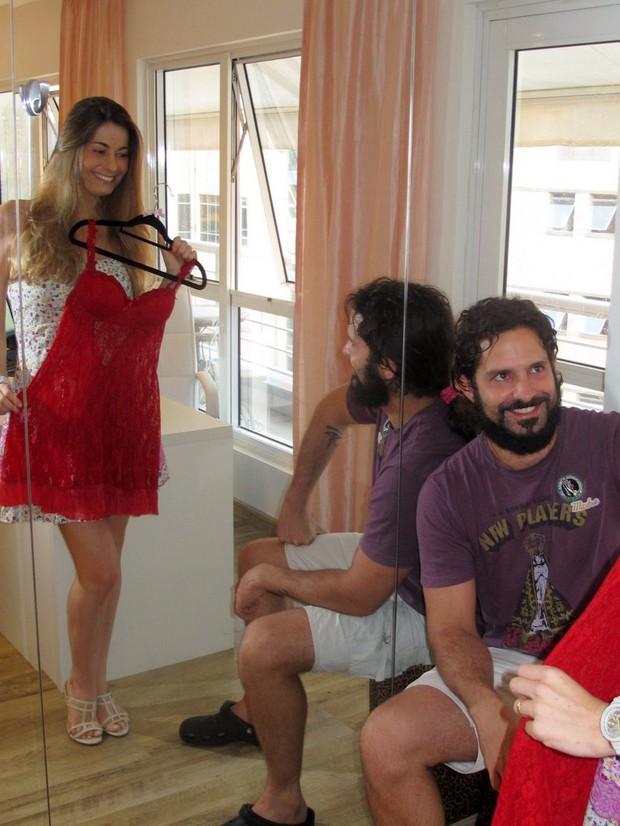 Iran Malfitano aprova lingerie da mulher, que acabou de dar à luz (Foto: Daniel Delmiro/Ag.News)