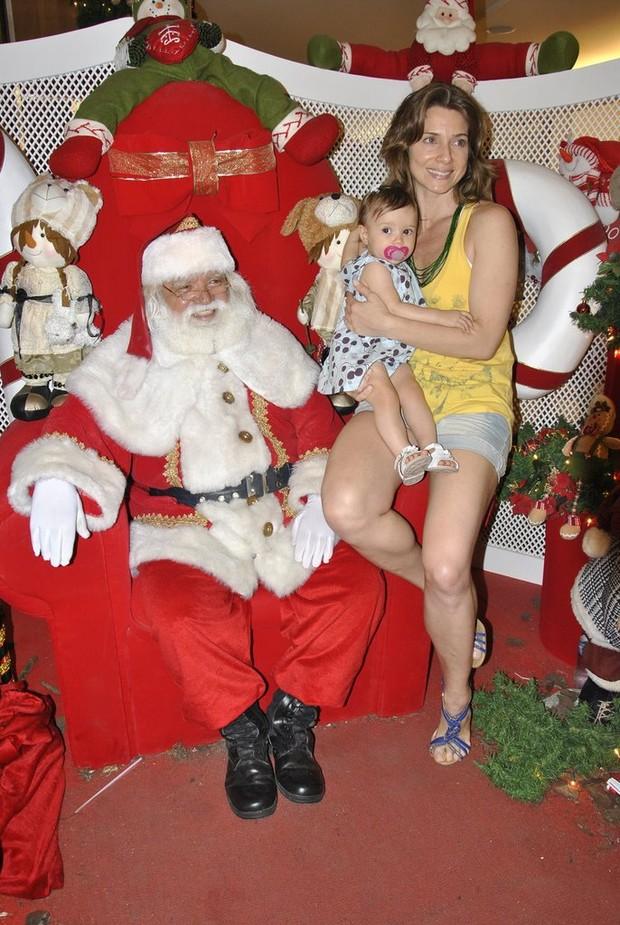 Letícia Spiller com a filha Stella e Papai Noel (Foto: Julio Melo / AgNews)