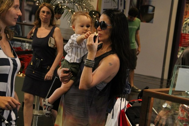 Danielle Winits passeia no Shopping (Foto: Daniel Delmiro/ Ag.News)