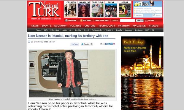 Liam Neeson com as calças molhada em foto divulgada por jornal (Foto: Reprodução)