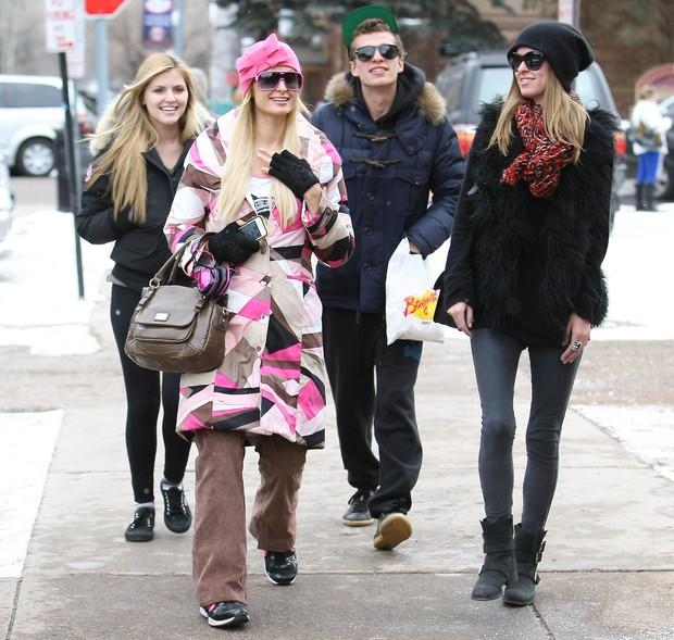 Paris Hilton com os irmãos Barron e Nicky em Aspen, nos Estados Unidos (Foto: X17/ Agência)
