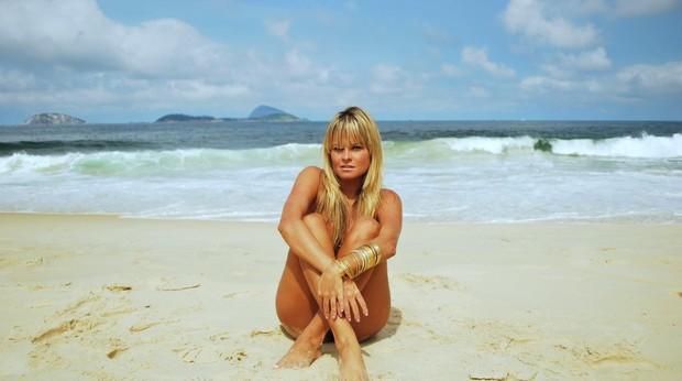Ex-BBB Thaty Rio posa na praia do Leblon, na Zona Sul do Rio (Foto: Pablo Amora/ Divulgação)