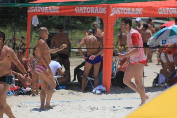 Eri Johnson joga com Julio César (Foto: Rodrigo dos Anjos/Agnews)