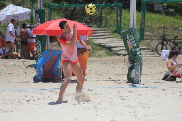Julio Cesar jogando futevôlei (Foto: Rodrigo dos Anjos/Agnews)