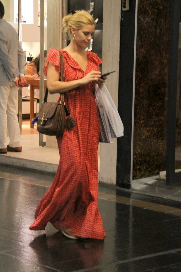 Carolina Dieckmann faz compras (Foto: Daniel Delmiro/AgNews)