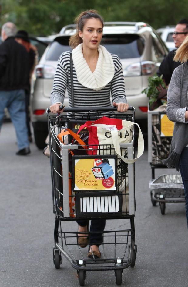 Jessica Alba faz compras de Natal em los Angeles, nos Estados Unidos - X17 (Foto: X17/ Agência)
