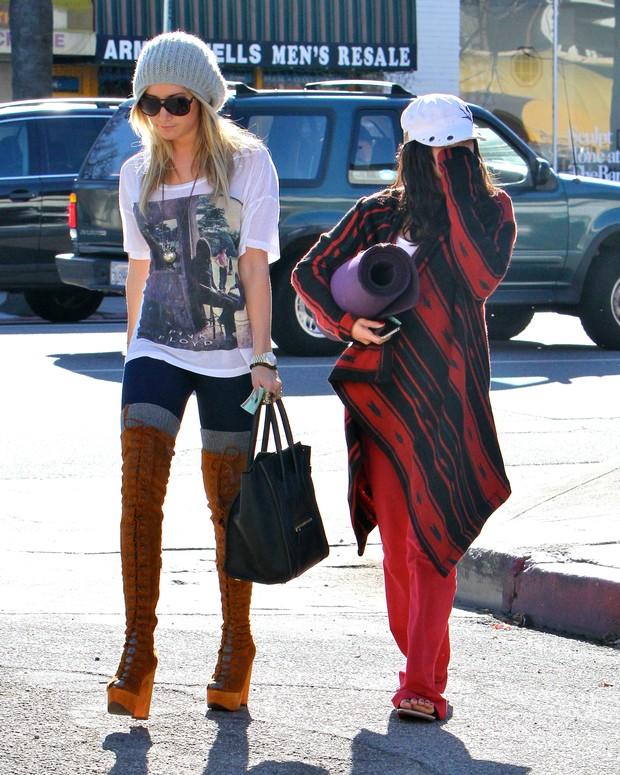 Acompanhada de Ashley Tisdale, Vanessa Hudgens evita ser fotografada em Los Angeles, nos Estados Unidos - X17 (Foto: X17/ Agência)