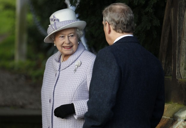 A rainha Elizabeth e o príncipe Edward, na missa de Natal da família real (Foto: Reuters)