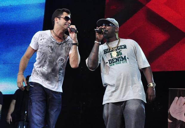 Latino e Mister Catra ensaiando para show de Revéillon (Foto: Roberto Teixeira / EGO)