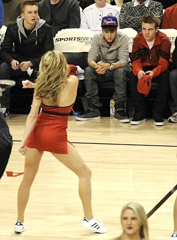 Justin Bieber assiste cheerleader (Foto: Grosby Group)
