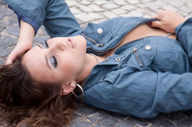 Thati Bione em ensaio sexy (Foto: Marta Palaquini/Divulgação)