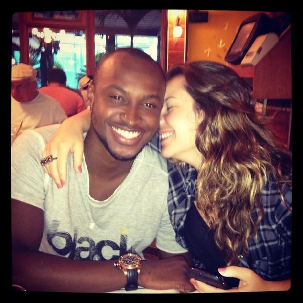 Thiaguinho e Fernanda Souza em churrascaria do Rio (Foto: Twitter / Reprodução)