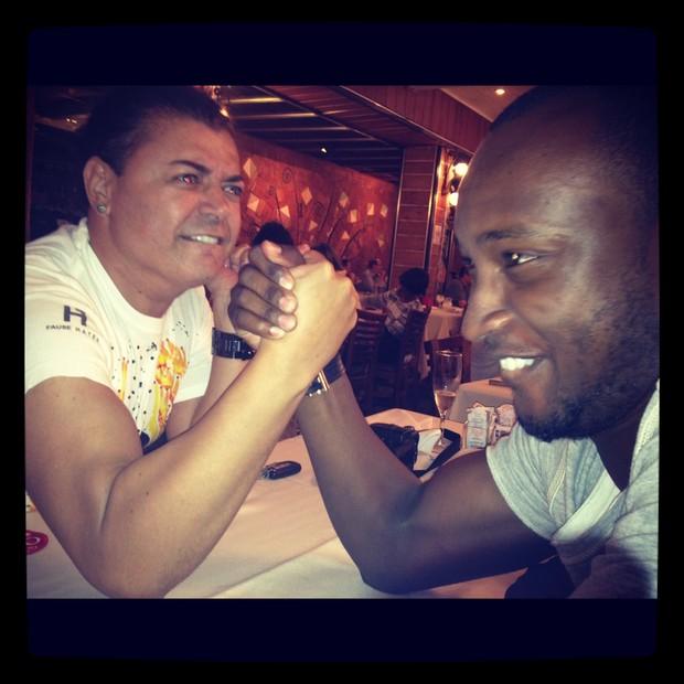David Brazil e Thiaguinho em churrascaria do Rio (Foto: Twitter / Reprodução)