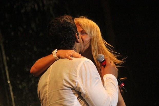 Carla Perez e Xanddy dão beijo de Ano Novo (Foto: Divulgação/ Binho Dutra)