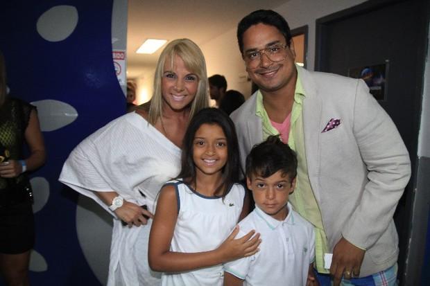 Carla Perez e Xanddy com os filhos Camilly Victória e Victor Alexandre no ensaio do Harmonia do Samba em Salvador, na Bahia (Foto: Fred Pontes/ Divulgação)