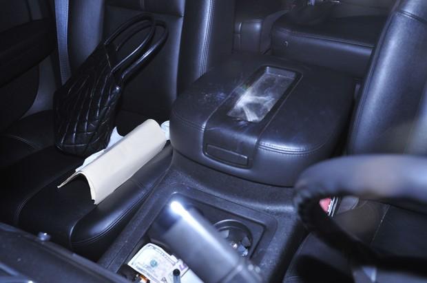 Fotógrafos flagram pó branco suspeito no carro de Paris Hilton (Foto: Grosby Group)