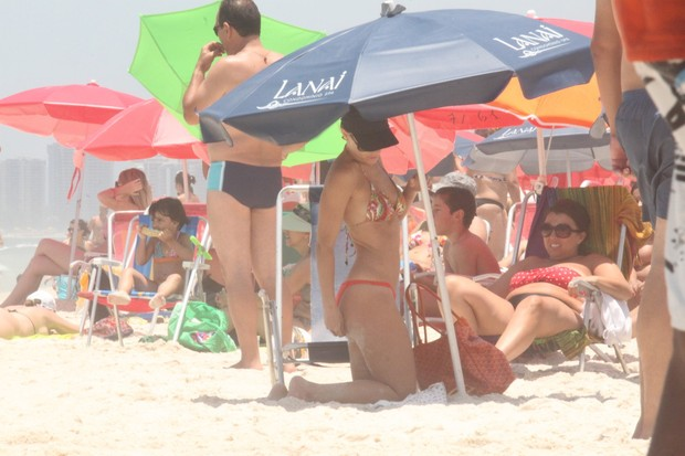 Carolina Dieckmann na praia (Foto: Marcos Ferreira / Photo Rio News)