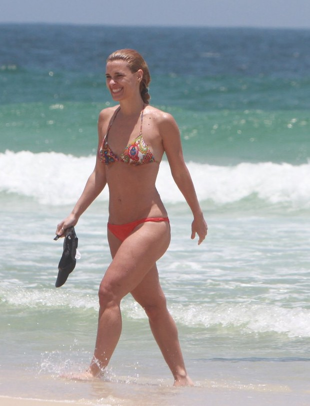 Carolina Dieckmann na praia (Foto: Delson Silva / Ag News)