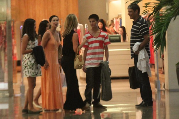 Willian Boner,Fatima Bernardes e filhos em shopping (Foto: Marcos Ferreira /  Photo Rio News)