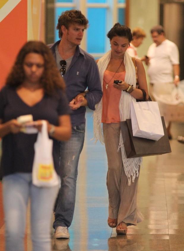 Isis Valverde passeia em shopping com o namorado (Foto: Marcus Pavão / AgNews)