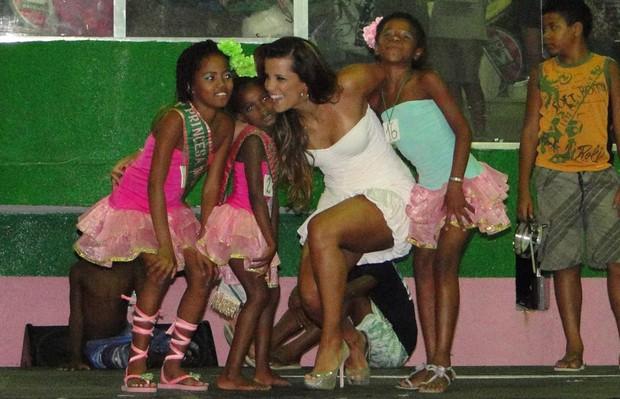 Renata Samtos e as crianças da Mangueira do Amanhã (Foto: Divulgação)