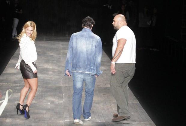 Carolina Dieckmann e Marcelo Serrado no Fashion Rio (Foto: André Muzell / AgNews)