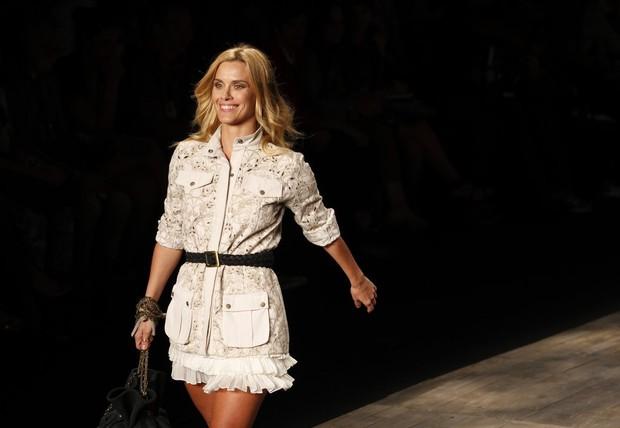 Carolina Dieckmann desfilando no Fashion Rio (Foto: Marcos Serra Lima / EGO)