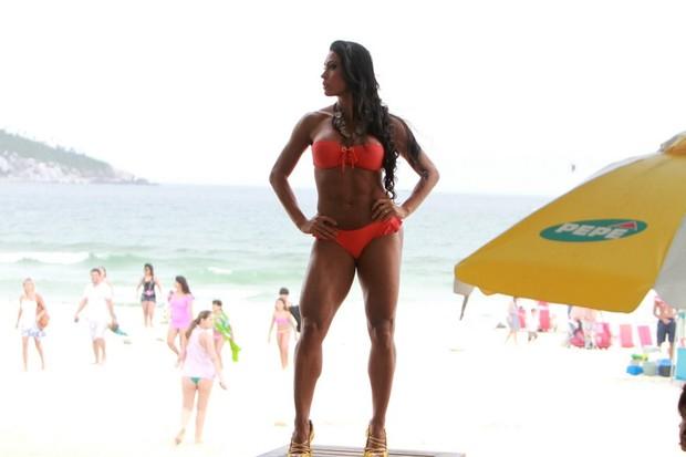 Gracyanne Barbosa faz ensaio nas praia do Pepê (Foto: Delson Silva / Ag News)