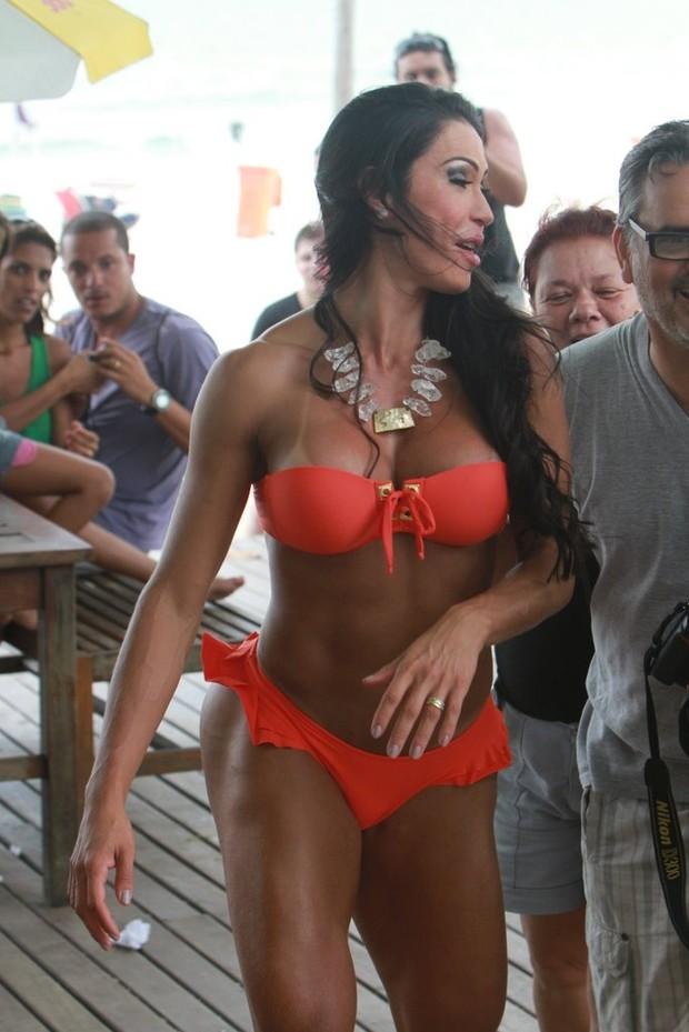 Gracyanne Barbosa faz ensaio na praia do Pepê (Foto: Delson Silva / Ag News)