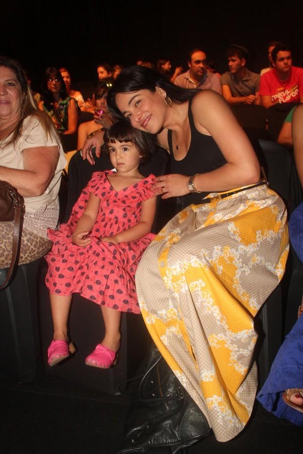 Cássia Linhares e a filha (Foto: Photo Rio News)