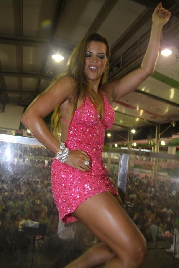 Renata Santos se acaba de sambar na Mangueira (Foto: Ag.News/Ag.News)