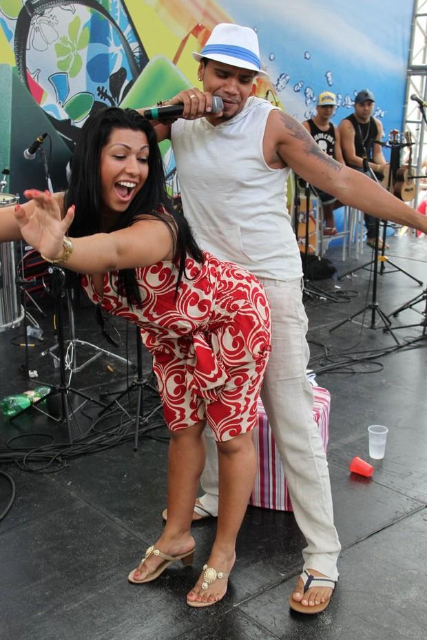 Mulher Moranguinho dança com o namorado Naldo em show na praia do Recreio, na Zona Oeste do Rio (Foto: Dudu Fotógrafo/ Divulgação)