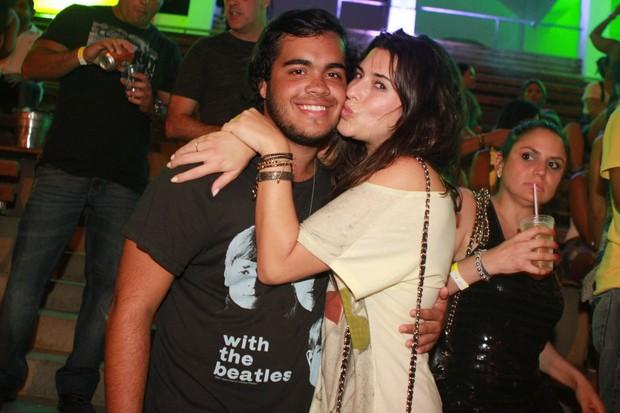 Fernanda Paes Leme com Francisco, filho de Preta Gil, no 'Ensaio do Sapucapeta' no Rio (Foto: Raphael Mesquita/ Divulgação)