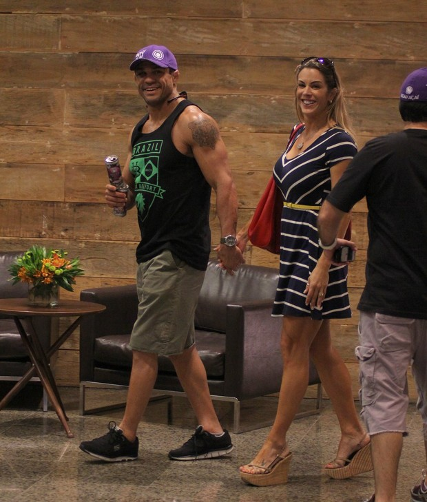 Vitor Belfor e Joana Prado em shopping na Zona Oeste do Rio (Foto: Marcus Pavão/ Ag. News)