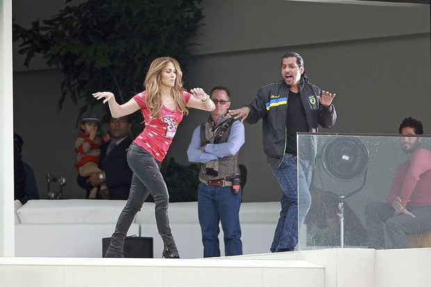 Jennifer Lopez ensaia em set de novo vídeo (Foto: Honopix)