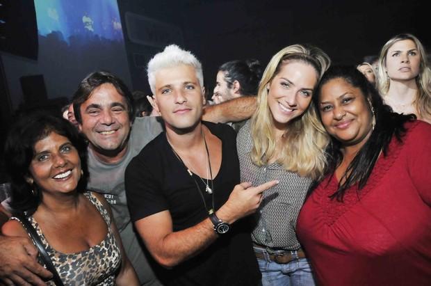 Bruno Gagliasso com a mulher Giovanna Ewbank, a mãe, o padrasto e a ex-babá no show do Exaltasamba no Rio (Foto: Ari Kaye/ Divulgação)
