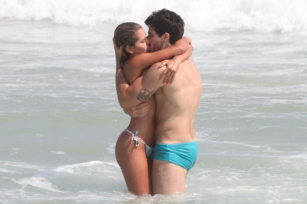 Rodrigão e Adriana na praia do Recreio, no Rio (Foto: Dilson Silva / AgNews)
